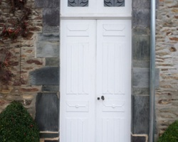 Portes bois réalisée sur mesure (vue extérieure)